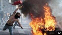 10月15日罗马的抗议者在街上狂奔,打碎窗子并放火
