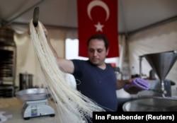 Dortmund'da tel kadayıf hazırlayan bir Türk genci