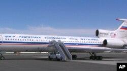 Un avion de reconnaissance Tupolev Tu-154 Open Skies de la Fédération de Russie sur la piste de la base aérienne d'Elmendorf à Anchorage, en Alaska, le jeudi 10 juin 2004, avant son départ pour deux survols du centre de l'Alaska. (Photo AP / Mark Farmer)