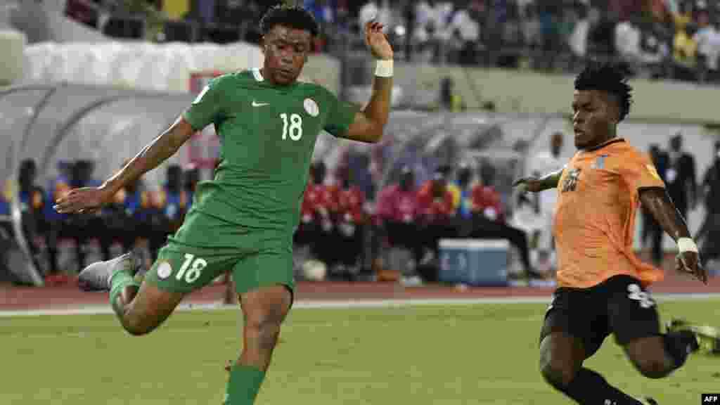 L'attaquant nigérian Alex Iwobi lors du match de qualification entre le Nigeria et la Zambie dans la ville d'Uyo, Nigeria, le 7 octobre 2017