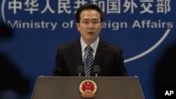Jurubicara Kementerian Luar Negeri China Hong Lei memberikan penjelasan kepada wartawan soal pembatasan ekspor ke Korut, Selasa 24/9 (foto: dok).