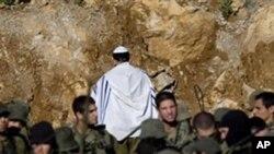 以色列軍人在與敘利亞的邊界搜索抗議者