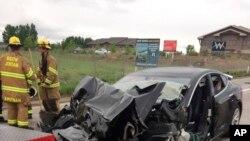 La foto cortesía del Departamento de Policía de South Jordan, Utah, mayo11, 2018 muestra un accidente de un Tesla Modelo S sedan con un camión del Departamento de Bomberos detenido en una luz roja. El Tesla no frenó.