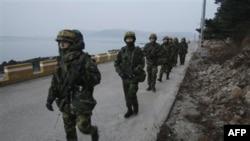 Южнокорейские морские пехотинцы патрулируют остров Ёнпхендо.