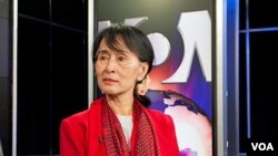 Aung San Suu Kyi at the Voice of America (A. Klein - VOA).