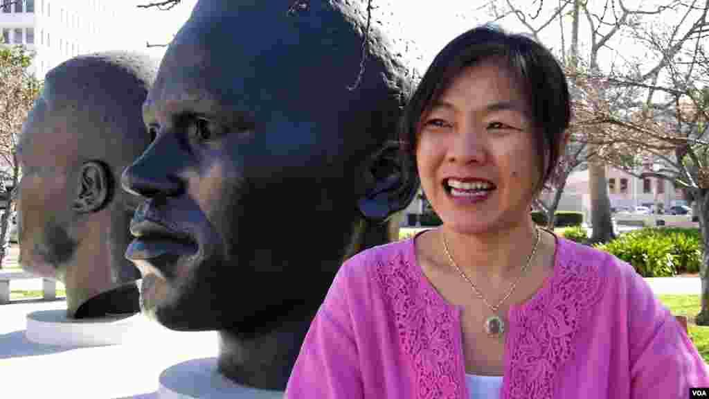 陈玫君在帕萨迪纳非洲裔运动员头像前接受采访