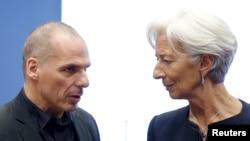 Bộ trưởng tài chính Hy Lạp Yanis Varoufakis nói chuyện với Giám đốc IMF Christine Lagarde (phải) trong một cuộc họp với các bộ trưởng tài chính khu vực đồng euro, ngày 18 tháng 6, 2015.
