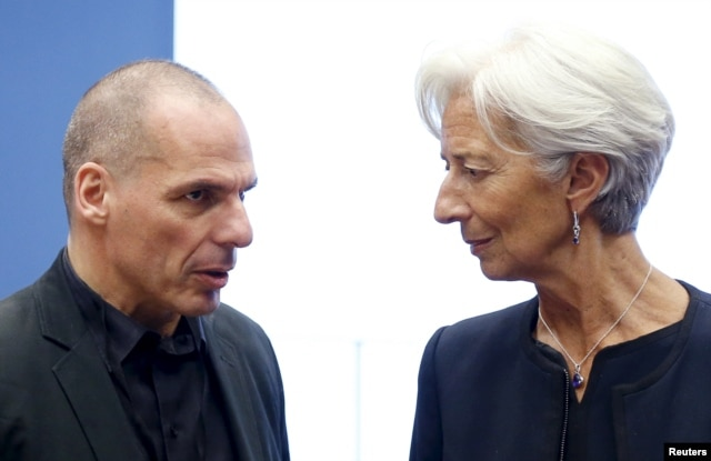 FILE - Greek Finance Minister Yanis Varoufakis talks to IMF Managing Director Christine Lagarde (R) during a eurozone finance ministers meeting in Luxembourg, June 18, 2015.
