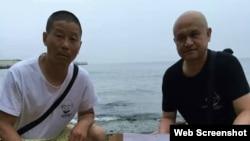 姜建军(左)、王承刚在大连老虎滩海边祭奠两天前海葬于附近海域的刘晓波。(2017年7月17日 推特图片)