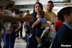 26일 미국 텍사스주 매캘런의 구금시설에서 미국 국경을 불법으로 넘은 이민자들이 풀려나고 있다.