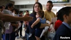 Al 26 de julio, un total de 431 niños cuyos padres están fuera del país se encuentran bajo custodia del Departamento de Salud y Servicios Humanos.
