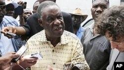 Michael Sata akizungumza na waandishi wa habari wakati huo akiwa mgombea urais katika kituo kimoja cha kupigia kura mjini Lusaka, Zambia