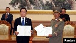지난 9월 9일 문재인 한국 대통령과 김정은 북한 국무위원장이 임석한 가운데 송영무 당시 국방부 장관(왼쪽)과 노광철 인민무력상이 군사분야 합의서 서명했다. 사진 출처=평양사진공동취재단
