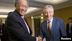 30일 싱가포르에서 개막한 아시아 안보회의에서 척 헤이글 미국 국방장관(오른족)이 응 엥 헨 싱가포르 국방장관과 악수하고 있다.