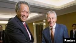 Menteri Pertahanan Singapura Ng Eng Hen bersama Menteri Pertahanan AS Chuck Hagel dalam sebuah pertemuan Mei 2014.