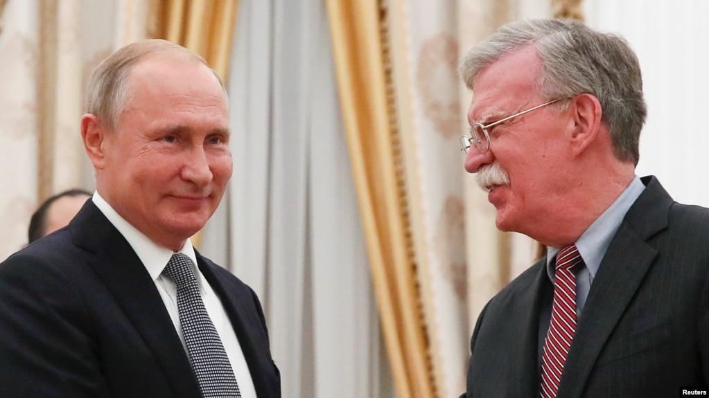 Cố vấn An ninh Quốc gia Hoa Kỳ John Bolton (phải) gặp Tổng thống Nga Vladimir Putin ở Moscow ngày 23/10/2018.