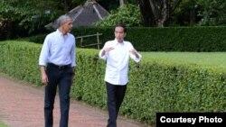 Prezida Joko Widodo dan mantan wa Indoneziya (i buryo), na Barack Obama, yahoze ari Prezida wa Amerika (i bubamfu).
