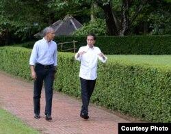Presiden Joko Widodo dan mantan Presiden Barack Obama berbincang santai dalam pertemuan di Istana Bogor Jumat (30/6). (Foto Courtessy: Setpress RI)