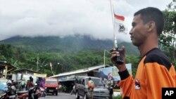Seorang petugas penyelamat setelah Gunung Merapi meletus di Cangkringan, dekat Yogyakarta (18/11). (AP/Slamet Riyadi)