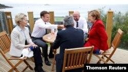 영국 남서부 휴양도시 콘월에서 열린 제47회 G7 정상회의에 참석한 G7 지도자들이 담소를 나누고 있다.