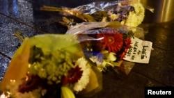人们在袭击遇难者地点摆放鲜花