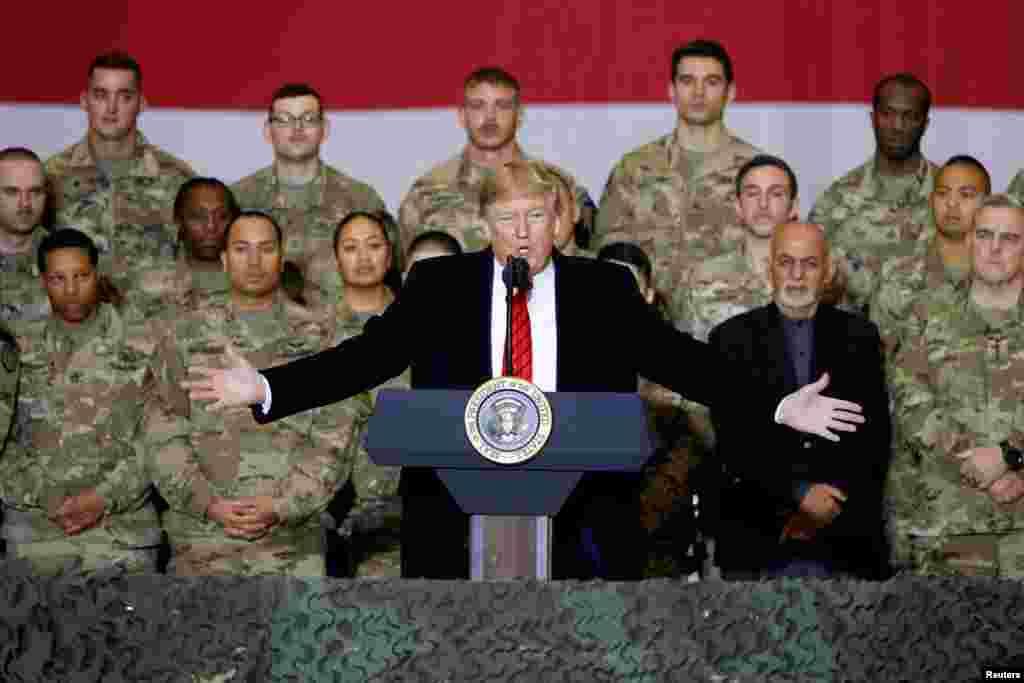 پرزیدنت ترامپ در میان نیروهای نظامی آمریکایی پایگاه بگرام، سخنرانی کرده و از خدمات آنها تقدیر کرد
