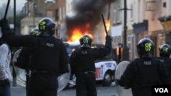 Polisi Inggris dikerahkan untuk mengatasi kekerasan dan penjarahan di Hackney, London timur (8/8).
