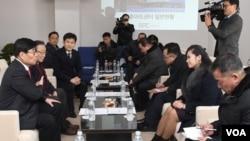 현송월 삼지연관현악단 단장(오른쪽 두번째)을 비롯한 북한 예술단 사전점검단이 22일 강릉 아트센터를 방문해 한국측 관계자들과 만나고 있다.