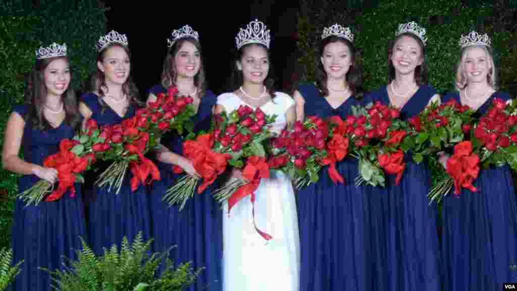 玫瑰皇后和六名公主加冕后合影(美国之音国符拍摄)