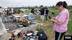 Carla Arendal menengok tempat tinggalnya yang hancur akibat tornado di Vilonia, negara bagian Arkansas.