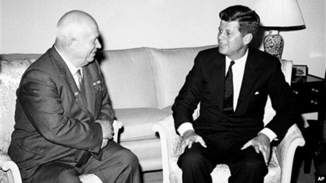 Никита Хрущев и Джон Кеннеди. Резиденция посла США в пригороде Вены, Австрия. 3 июня, 1961 г.