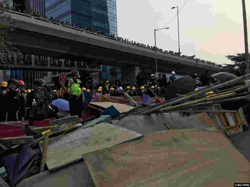 香港星期六(08-24-2019)冲突爆发前,警方与抗议者各自蓄势待发。美国之音记者黎堡拍摄。