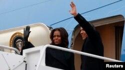 Presiden AS Barack Obama dan ibu negara Michelle Obama berangkat dari pangkalan udara Andrews menuju Johannesburg, Afrika Selatan (9/12).