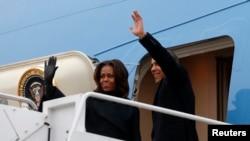 Le couple présidentiel américain quittant la base Andrews de Washington à destination de l'Afrique du Sud.
