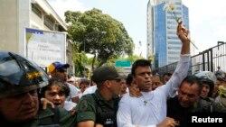 Leopoldo López fue escoltado el martes por la Guardia Nacional durante su detención en Caracas.