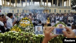 Mourners gather to pay respects to the late former Cambodian King Norodom Sihanouk in front of the Royal Palace in Phnom Penh, October 16, 2012.