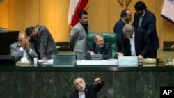 Kepala Organisasi Energi Atom Iran, Ali Akbar Salehi (bawah) berbicara di parlemen saat membahas masalah terkait nuklir Iran di Teheran, Iran (11/10).