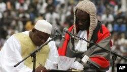 Le nouveau president de la Gambie, Adama Barrow, signe le document de sa prestation de serment au stade de l'indépendance, à Bakau, en Gambie, 18 février 2017.