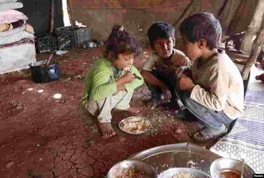 انتہائی غربت ایسی پسماندگی ہے جس میں انسان کو دو یا زیادہ بنیادی انسانی ضروریات میسر نہ ہوں۔