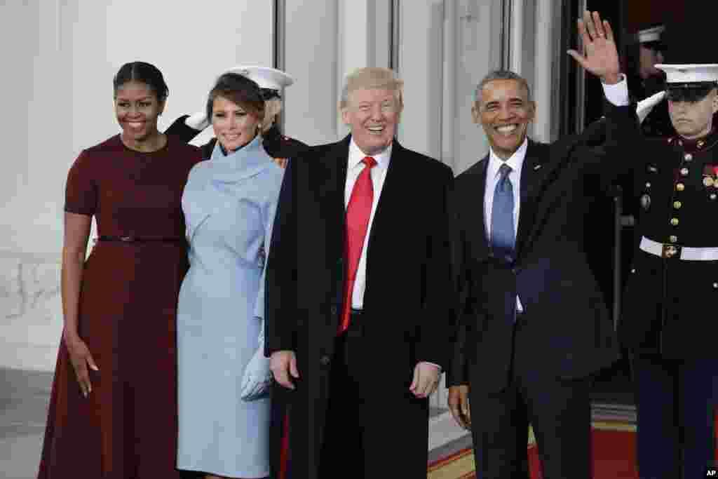 Presiden Barack Obama dan ibu negara Michelle Obama menyambut Presiden terpilih Donald Trump dan istrinya Melania Trump di Gedung Putih di Washington, 20 Januari 2017.