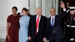 Le président Barack Obama et la Première dame Michelle Obama accueille le président élu Donald Trump et sa femme Melania Trump à la Maison Blanche à Washington, le 20 janvier 2017.