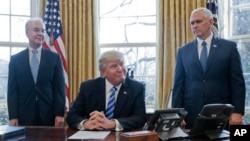 Le président Donald Trump, accompagné du secrétaire à la santé et des services humains, Tom Price (à gauche) et du vice-président Mike Pence.