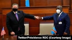 Ntoma ya Amerika Mike Hammer (G) na ministre ya Bobateli Ekolo ya RDC Aimé Ngoy Mukena na milulu mya botimami manzaka na boyokani mpo kosunga mampinga ma RDC, na alais de la Nation, Kinshasa, 28 octobre 2020. (Twitter/RDC)