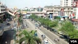 Suasana di sekitar pusat pertokoan di Mangga Dua, Jakarta (Foto: dok). Banyak pihak optimis perekonomian Indonesia akan tumbuh 6,8 persen melampaui target 6,5 persen di tahun 2013.