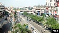 Pusat pertokoan di Mangga Dua, Jakarta. Ekonomi Indonesia mampu tumbuh 6 persen, tapi tingkat inflasi diperkirakan akan mencapai 4-6 persen tahun depan.