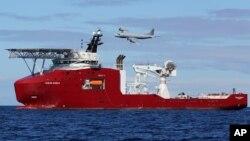Un avión AP-3C Orion de la fuerza aérea australiana pasa encima del barco Ocean Shield, desde donde se han captado señales de la caja negra del avión desaparecido.