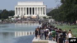 Протестувальники збираються біля меморіалу Лінкольна