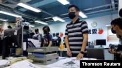 Các nhân viên làm việc cho báo Apple Daily ở Hong Kong.