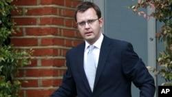 英国首相的前新闻主管,《世界新闻报》的前主编安迪.科尔森走出家门