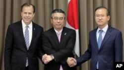 日本朝核問題談判代表杉山晉輔(中)今年10月17日在東京和美國北韓特使戴維斯(左)﹑南韓首席核談判代表林成南(右)會晤